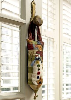 Free door hanger Kim Diehl pattern from All People Quilt I made this one year - so cute Christmas Sewing, Noel Christmas, Christmas Projects, Holiday Crafts, Christmas Quilting, Christmas Stocking, Snowman Door, Snowman Quilt, Quilting Projects