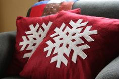 Anna from Noodlehead has a great tutorial, that teaches us  how to make two beautiful and simple snowflake pillow covers...
