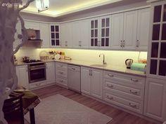 Geniş alanda beyaz renk tercih ederek ferahlık hissini katlayan Yeliz hanımın mutfağının konuğuyuz. Masa üzeri örtü ev sahibimizin ellerinden. Kitchen Decor, Kitchen Cabinets, Indoor, Living Room, Interior Design, Bedroom, House, Home Decor, Kitchens