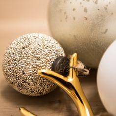 Wir sind entzückt und verzaubert. Auf 0815 Christbaumkugeln stehen wir nicht, aber schimmern und glänzen soll es an Weihnachten. Darum haben wir für euch wieder ein wunderschönes Schmuckstück aus der Handwerksschmiede von Madam Stoltz ausgesucht. Die glitzernde Oberfläche aus vielen kleinen matten und glänzenden Kügelchen schimmert in einem schönen hellen Silber. Je mehr Kugeln, desto grösser der Effekt. Kitsch, Minimalism, Silver, Christmas, Dekoration, Nice Asses