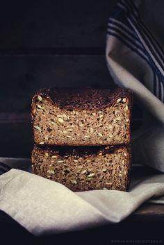 Dziś mam dla Was przepis na chleb żytni na zakwasie, z dodatkiem sezamu, pestek dyni i słonecznika. Bez dodatku mąki pszennej, odrobinę ciężki i wilgotny,