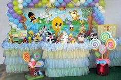Table Looney Tunes Decoratio nbit th hfdf Baby Girl Shower Themes, Gender Neutral Baby Shower, Baby Shower Games, Baby Shower Parties, Baby Boy Shower, Looney Tunes Party, Baby Looney Tunes, Birthday Party Decorations, Party Themes