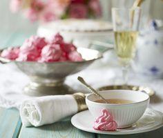 Lev prinsessedrømmene ud med søde pyntede festkager i feminine farver. Vi har bagt små, lyserøde kys, der gør sig godt på tebordet!