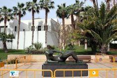 Una de las piezas de Henry Moore, recién instalada en la calle Alcazabilla para la inauguración de la muestra.