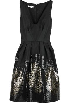 Pleating detail on bust instead of darts - Black silk faille embroidered dress by Oscar de la Renta Pretty Dresses, Beautiful Dresses, Sparkly Dresses, Prom Dresses, Looks Party, Looks Jeans, Look Formal, Perfect Little Black Dress, Fashion Beauty
