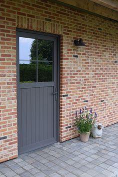 Frontdoor , landelijk cottage, molenlandse rijnvorm, kwartsgrijs profeldeur, kandela grey tegeltjes