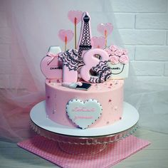 4 отметок «Нравится», 2 комментариев — Кристина Лоншакова (@glazur.sweetart) в Instagram: «В стиле Шанель  Уже был у меня подобный наборчик пряников, а вот теперь еще и тортик  Внутри…»