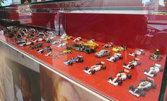 Miniaturas de praticamente todos os carros que Ayrton Senna já guiou se destacam na exposição (Foto: Felipe Siqueira)