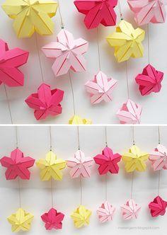 mas origami - móviles de dos flores de origami, variación del Poinsettia Floral Ball de Meenakshi Mukerji.