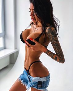 Handpicked sources of fit and sporty girls, health Shorts Sexy, Short Shorts, Pose, Daisy Dukes, Sexy Tattoos, Lingerie Models, Gorgeous Women, Bikinis, Designer Shoes