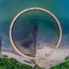 Gjøde & Povlsgaard Arkitekter a imaginé Infinite Bridge pour la biennale internationale Sculpture by the sea 2015 qui investit le littoral danois autour de la ville d'Aarhus. Les architectes ont installé un pont circulaire entre terre et mer...