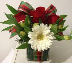 Flores2Home arreglo navideño en base de cristal cuadrado con rosas rojas, garberas blancas y alstroemerias blancas.
