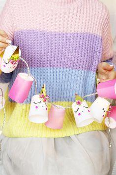 DIY Einhorn Lichterkette aus Bechern basteln – Kreative Deko selber machen: Diese Einhorn Lichterkette musste ich euch einfach zeigen! Die Idee dafür kam mir super spontan, als ich auf der Suche nach winterlicher Deko für meine Wohnung war. Ich hatte total Lust auf eine außergewöhnliche Lichterkette und siehe da: So schnell und einfach verwandelt ihr eine schlichte Lichterkette in diese tolle Einhorn Deko. Die Idee für meine DIY Lichterkette ist eigentlich ganz simpel: Ihr verwendet…
