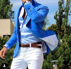 Blazer azul, pantalón vaquero blanco y complementos en cuero marrón. Estilo de hombre actual. Muy buena combinación.
