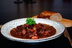 Boeuf Bourguignon er noget af det bedste fra det franske landkøkken. Det smager himmelsk, er let at lave, og fungerer perfekt som mad til dine gæster.