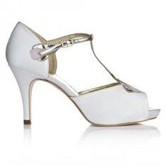 Una oda a la belleza, un guiño al estilo art-Deco, una estructura depurada y los mejores materiales que puedas imaginar...CARMEN reúne en su ser la esencia del zapato de perfecto.