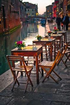 Ci sarebbe un caffè carino con posti a sedere all'aperto lungo il canale.