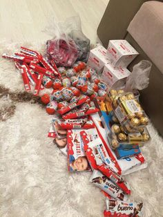 😍 😍 😍 candy s, chocolate bouquet, deadpool videos, boyfriend gifts, gift wrapping Chocolate Gifts, Chocolate Lovers, Food Bouquet, Sleepover Food, Junk Food Snacks, Snap Food, Candy S, Chocolate Bouquet, Friend Birthday Gifts
