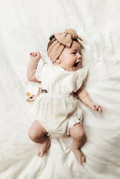 Cute baby girl white rompers in light cotton for summer, so cute with its ruffled sleeves. Little Babies, Cute Babies, Baby Kids, So Cute Baby, Cutest Babies Ever, Cute Little Baby Girl, Beautiful Baby Girl, Baby Shoot, Baby Turban