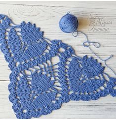Photo - Her Crochet Col Crochet, Crochet Triangle, Crochet Poncho, Crochet Scarves, Crochet Motif, Crochet Doilies, Crochet Flowers, Crochet Stitches Patterns, Crochet Designs