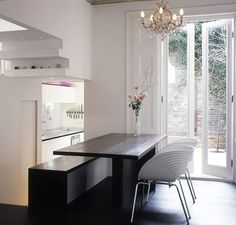 Gosto do lustre, da porta, da atmosfera clean, da parede de tijolinhos na parte externa.