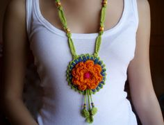 medallón en denim y crochet. Crochet Jewelry Patterns, Crochet Accessories, Crochet Cross, Knit Crochet, Crochet Bracelet, Crochet Earrings, Diy Jewelry Necklace, Collar Necklace, Blue Necklace