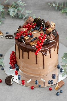 Juicy chocolate drip cake with fruity fullness and Nutella cream - Trend Christmas Cake 2019 Chocolate Bonbon, Chocolate Drip Cake, Chocolate Cream, Drip Cakes, Nutella Creme, Food Cakes, Cake Recipes, Sweets, Snacks