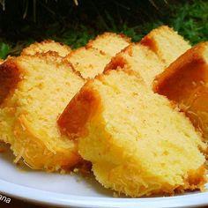 Bolu Keju Bahan: 200 gr terigu protein sedang 175 gr gula pasir 2 butir telur ayam 125 gr margarin 150 ml susu uht 1 sdt baking powder 1/2 sdt vanila bubuk 20 gr keju parut Keju parut ekstra untuk taburan Cara Membuat: 1. Panaskan oven 180 dc. 2. Olesi loyang dengan sedikit margarin. 3. Kocok gula dan margarin dengan mikser kecepatan ti..... Chef Recipes, Sweet Recipes, Cooking Recipes, Bolu Cake, Eid Food, Resep Cake, Japanese Cake, Indonesian Cuisine, Yummy Cakes