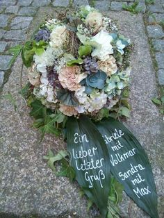 Picture result for modern funeral floristry: funeral wreaths with foliage and flower - flower ideas Funeral Flower Arrangements, Flower Arrangements Simple, Funeral Flowers, Memorial Flowers, Garden Types, Flower Images, Flower Ideas, Floral Wreath, Bouquet
