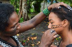 2015_03_19 Mulher Arara pintando sua filha na aldeia Terrawang___ TI Arara da Volta Grande do Xingu_ Autoria Hilton S_ Nasci.JPG