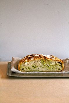 The easiest and most delicious bread to make at home - no knead bread with marbled with (homemade) green pesto. (in Norwegian) Sourdough Bun Recipe, Vegetarian Lunch, Vegetarian Recipes, Pesto Bread, Norwegian Food, Savory Pastry, Danish Food, Italian Recipes, Bread Recipes