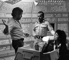 """Ridley Scott, Ian Holm e Sigourney Weaver durante as gravações de """"Alien, O Oitavo Passageiro"""" (1979)"""