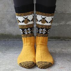 Gloves With Bees, Gray Hand Knitted Fingerless Gloves, Polka Dot Pattern With Bee, Embroidery, Knitting Socks, Hand Knitting, Knitting Patterns, Knit Socks, Wooly Bully, Yellow Socks, Diy Outfits, Bee Embroidery, Fru Fru