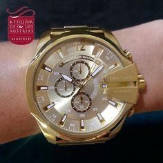 RELOJ DORADO DE DIESEL. Reloj cronógrafo con caja de acero IP dorado de 51 X 59 mm. esfera dorada y brazalete de acero Ip oro amarillo de 26 mm. #diesel #dieselwatch #dieseladdict #dieselauthentic #dieselstyle #fashion #moda