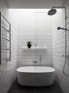 Black Exterior, Exterior Colors, Attic Shower, West Coast Cities, Narrow Balcony, Timber Boards, Minimal Architecture, Penthouse Apartment, Corner Bathtub