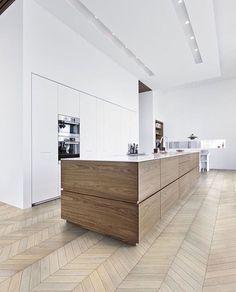 """warme combinatie: houten keukeneiland met wit blad + """"onzichtbare"""" witte kastenwand"""