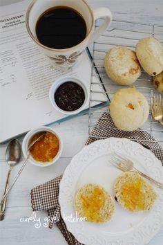 """La #ricetta dei #muffin inglesi con uvetta e albicocche disidratate - English #muffins with raisins and dried apricots #recipe [#GuestPost by """"#CurlyGirlKitchen"""" blog]"""
