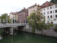 Rio Ljubljana com becos e pontes barrocos