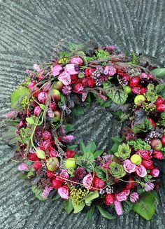 Det är något visst med att plocka blommor och frukter i sin egen trädgård och skapa något vackert av dom. Att gå längs med vägkanten ...