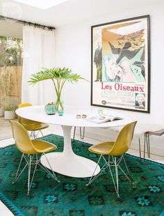 like the rug Vibrant eat-in area with a Palm Springs vibe {PHOTO: Tessa Neustadt} Palm Springs Houses, Palm Springs Style, Design Loft, House Design, Oasis Style, Interior Design Minimalist, D House, Spring Home, Interior Design Inspiration