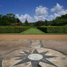 Achter de heggen de Jardin des Portraits van Gilles Clément (Parc André Citroën!) bij #Beauregard. #Loirekiekjes