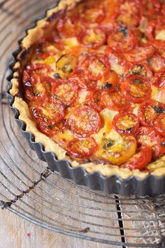 """Parmesan Tarte - Tomato Parmesan Cheese Tart Tomaten Parmesan Tarte - Parmesan Tomato Tart pie Tomato pie may refer to a """"pie with tomatoes"""", such as: Tomato pie may refer to some types of pizza in the United States, such as: Toast Pizza, Cheese Tarts, Tomato Pie, Easy Smoothie Recipes, Limes, Pizza Recipes, Margarita, Food And Drink, Quiches"""