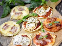 tortilla, sauce tomate, mozzarella, basilic, sauce tomate, bûche de chèvre, miel, origan, crème fraîche épaisse, reblochon