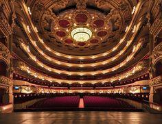 Destaque para a simetria perfeita deste teatro francês, sem citar a impressionante arquitetura dele.