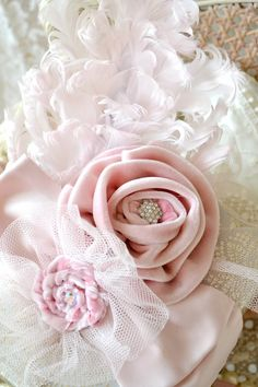 Jennelise: Christmas Presents=shabby rose Cloth Flowers, Lace Flowers, Fabric Flowers, Wedding Flowers, Shabby Chic Christmas, Pink Christmas, Christmas Presents, Passementerie, Silk Roses