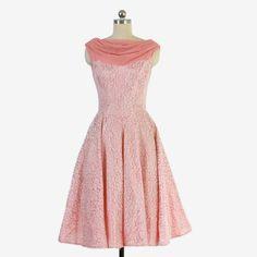 Vintage jaren 1950 roze kant partij jurk. Glanzende roze acetaat met een witte lace overlay en swagged roze chiffon hals die in de rug gordijnen. Gefelst en GENAAISTE bovenlijfje met een nipped taille voor een vleiende pasvorm. Ultra volledige rok. Volledig gevoerd. Verborgen terug metalen rits.  Label: geen  Best past bij een moderne xsmall - klein. Zie metingen om een geweldige pasvorm!  Bust: 35 Taille: 26 Hip: volledige 50+ Lengte: 41 1/2  Uitstekende conditie. Geen vlekken, gebreken of…