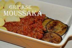 Moussaka, een Griekse ovenschotel met aubergine, gekruid gehakt, aardappel en bechamelsaus. Zo maak je moussaka gemakkelijk zonder pakjes en zakjes! Moussaka, Meatloaf, Beef, Homemade, Food, Salads, Meat, Home Made, Essen