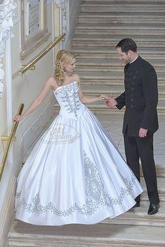 123- ezüst zsinóros menyasszonyi ruha, fekete atilla öltözékkel