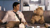Clip exclusivo de Ted, un oso de peluche al que le encanta la cerveza