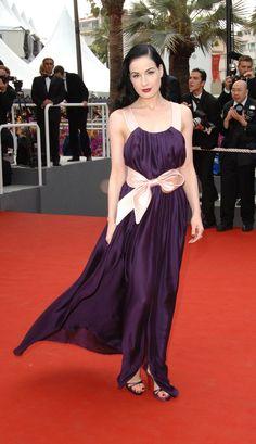 Pin for Later: We Cannes Not Wait: Retour Sur les Plus Beaux Looks du Festival du Film le Plus Mode  Pour l'avant première du film Selon Charlie en 2006, Dita von Teese avait opté pour cette robe couleur prune.